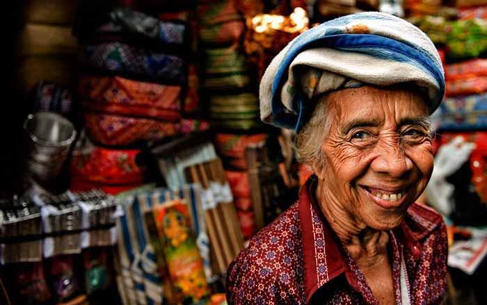 Perajin Kerajinan Seni yang Dijual di Pasar Ubud.
